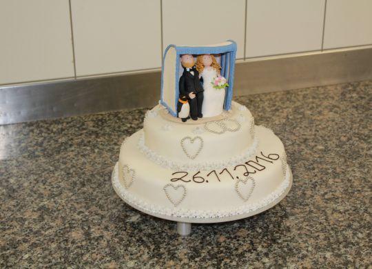 Hochzeitstorte mit Strandkorb-Brautpaar